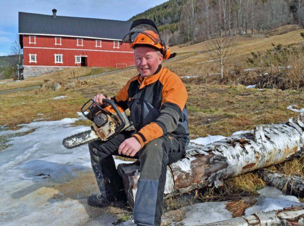 – Det er mulig folk tror at jeg er en teoretiker i dress, men hjemme liker jeg best praktisk arbeid ute, forteller Olav Veum.
