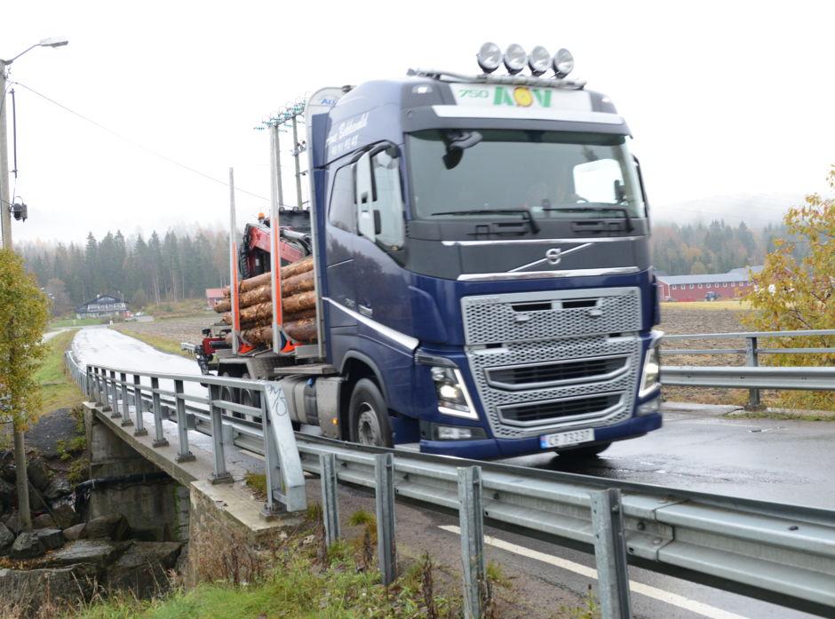 Bruer som ikke tåler tunge lass utgjør ofte en flaskehals i tømmertransporten.