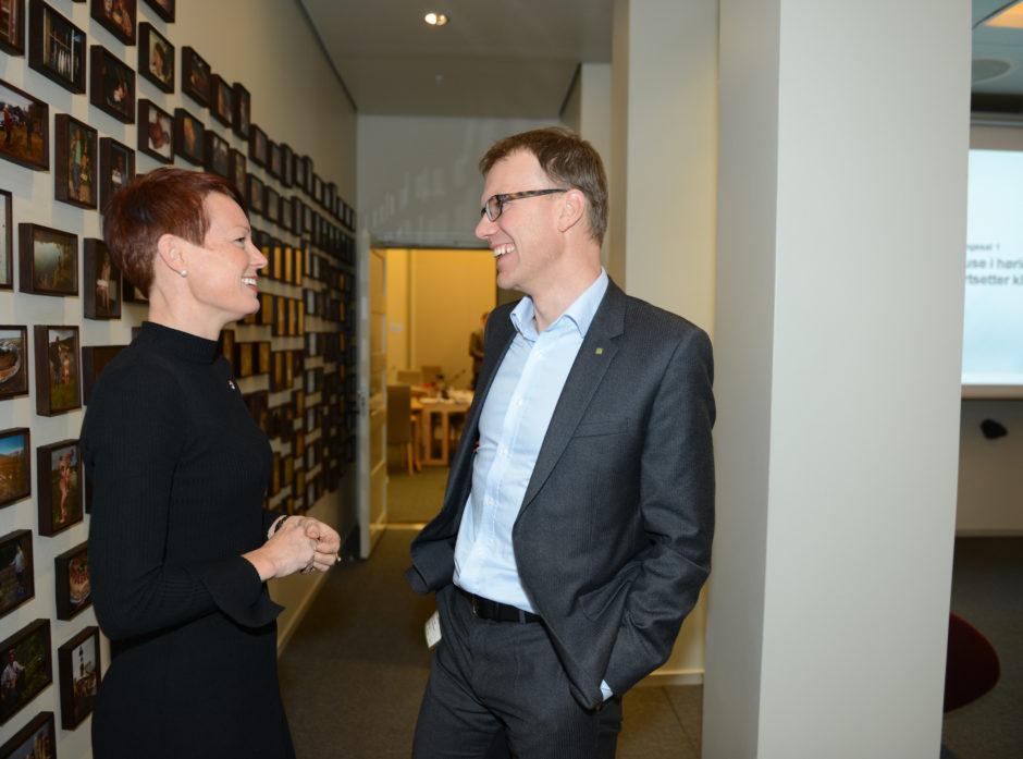 Saksordfører for skogmeldingen Line Henriette Hjemdal (KrF) i samtale med Erik Lahnstein.