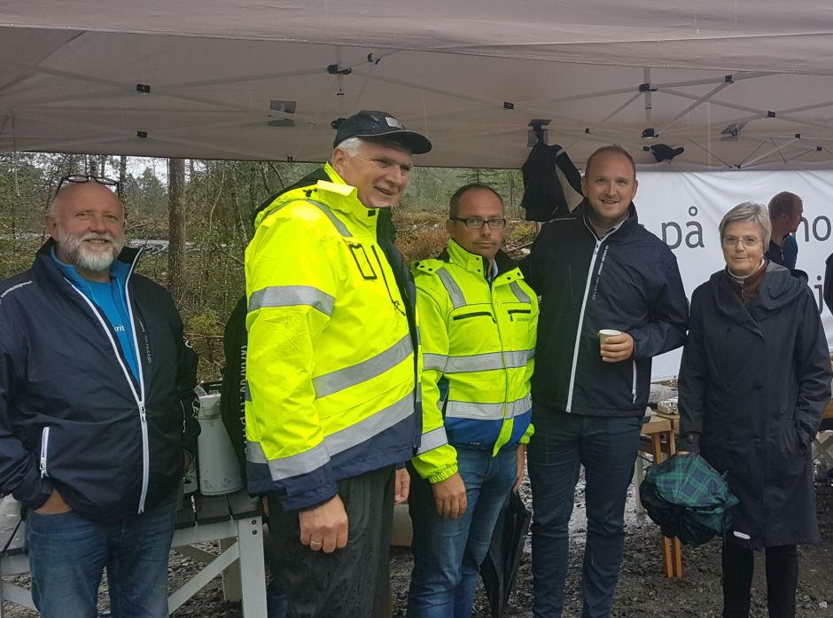 På bildet ser vi Gustav Bahus,, leder Frp i Hordaland; Jan Ivar Rødland,Vestskog; Ørjan Kaalaas, Granvin Bruk; Jon Georg Dale, landbruksminister og Ingebjør Winjum, ordfører i Granvin.