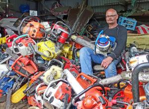 Erik Foss har motorsagdilla. Sjekk hvordan han samler.