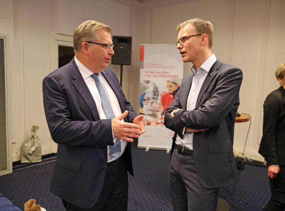 Statssekretær Atle Hamar (V) ble utfordret på hvordan regjeringen skal avverge at EUs regelverk legger for store bånd på norsk hogst. Her i dialog med Erik Lahnstein i Skogeierforbundet.