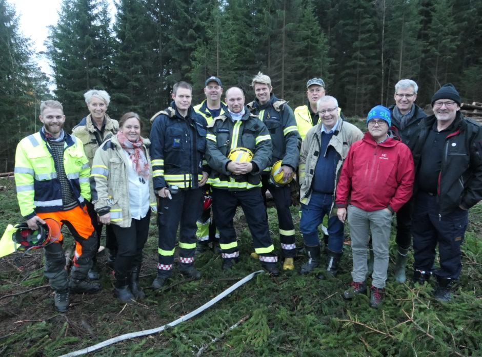 Fra venstre: ATV-sjåfør og mannskap i Skogbranntropp Grenland, lag Skien, Vegard Åmås, overbrannmester og leder for Skogbranntropper i Telemark, Carina Halvorsen, sjefingeniør i Forebygging og sikkerhet i Direktoratet for samfunnssikkerhet og beredskap, Heidi Vassbotn Løfqvist, branngruppa Skien Røde Kors, Thomas Bjerkaker, brannkonstabel og troppssjef for Skogbranntropp Grenland, Are Henriksen, branngruppa Skien Røde Kors, Stian Thorstensen, branngruppa Skien Røde Kors, Christer Andre Høgli, lagleder i Skogbranntropp Grenland, lag Bamble, Bjørn Rørholt, landbruks- og matminister, Bård Hoksrud, fag- og økonomisjef AT-Skog, Simon Thorsdal, direktør skog Skogbrand, Kjetil Løge og brannsjef og styreleder for Skogbranntropper i Telemark, Ove Stokkeland.