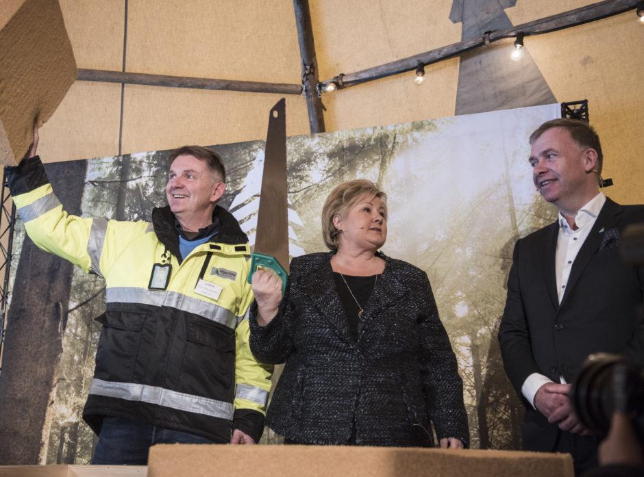 Bilde: Tom Wasenden (fabrikksjef Skjerven), Erna Solberg (statsminister), Arne Jebsen (adm. dir. Hunton). Foto: Hunton