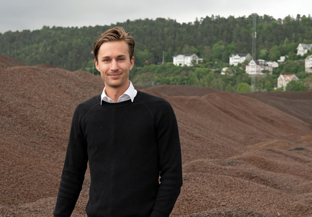 Bjørn Halvard Knappskog foran et berg av pellets.