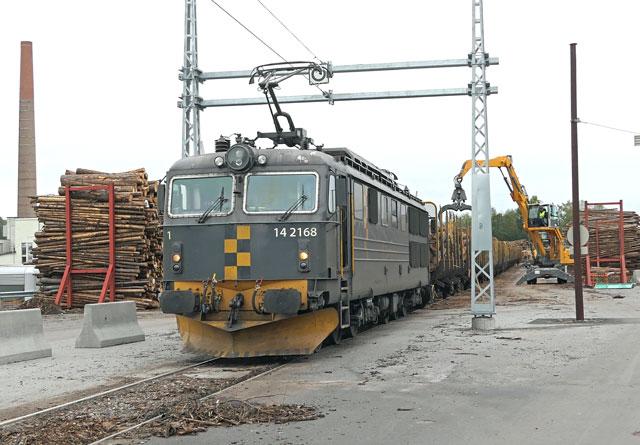 Det første elektriske toget som forlater tømmerterminalen på Follum. Hver avgang sparer rundt 20000 kroner i forhold til diesel og lokomtiv-bytte på Hønefoss stasjon 2,7 kilometer unna.