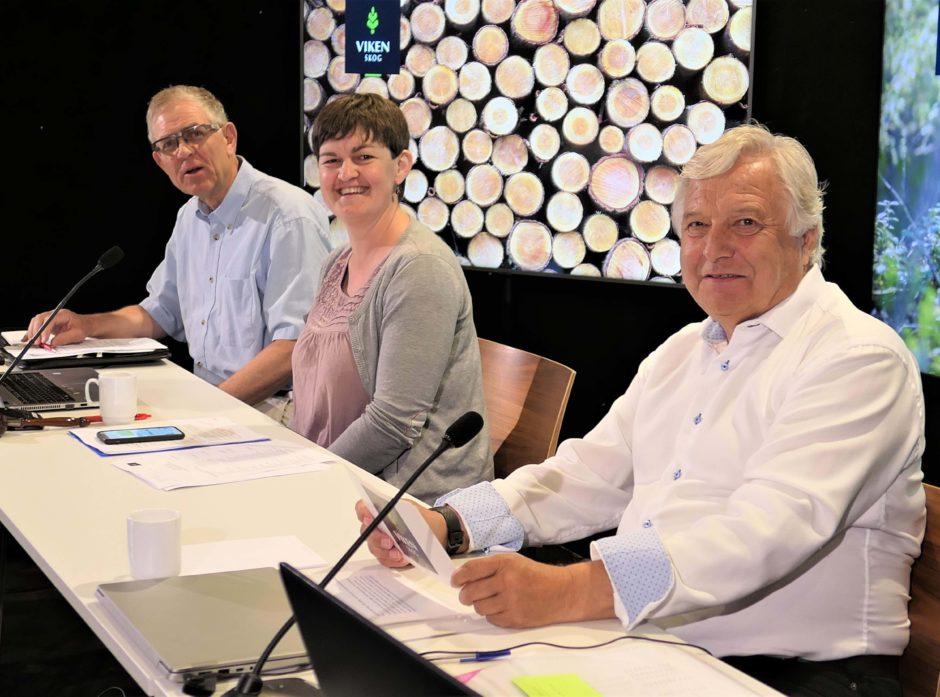 Med få sekunder igjen til «sendestart» på Viken Skogs aller første heldigitale årsmøte, hadde fra venstre, varaordfører Lars Sollie, ordfører Marit Hougsrud og styreleder Olav Breivik grunn til et smil.