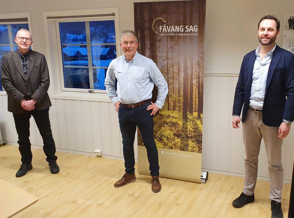 Fra venstre: Jørn Nørstelien, adm.dir. i Gausdal Bruvoll, Rune Voldsrud, daglig leder i Fåvang Sag og Einar Smidesang, tidligere eier av Fåvang Sag.