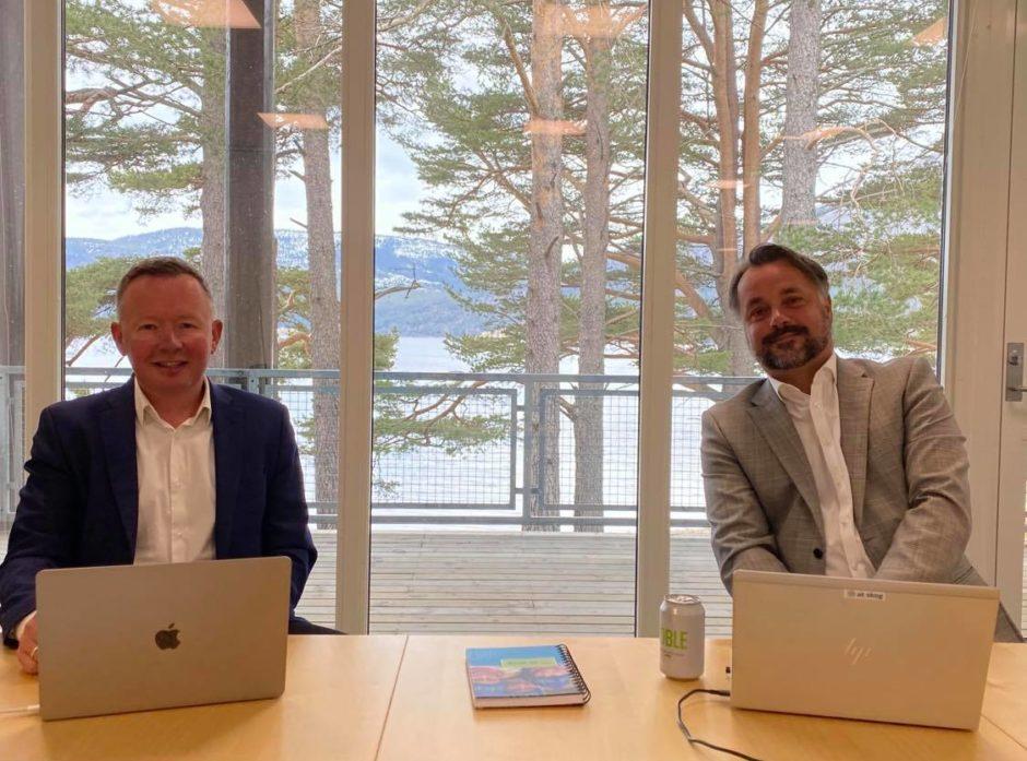 For andre gang arrangerte AT Skog  årsmøtet digitalt, men i år satt styreleder Olav A. Veum (t.v.) og adm.dir. Anders R. Øynes  på kontor i Fyresdal. Foto: Privat.